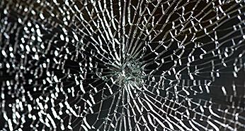 23. ガラスが割れる時-5  強化ガラスの自然破損